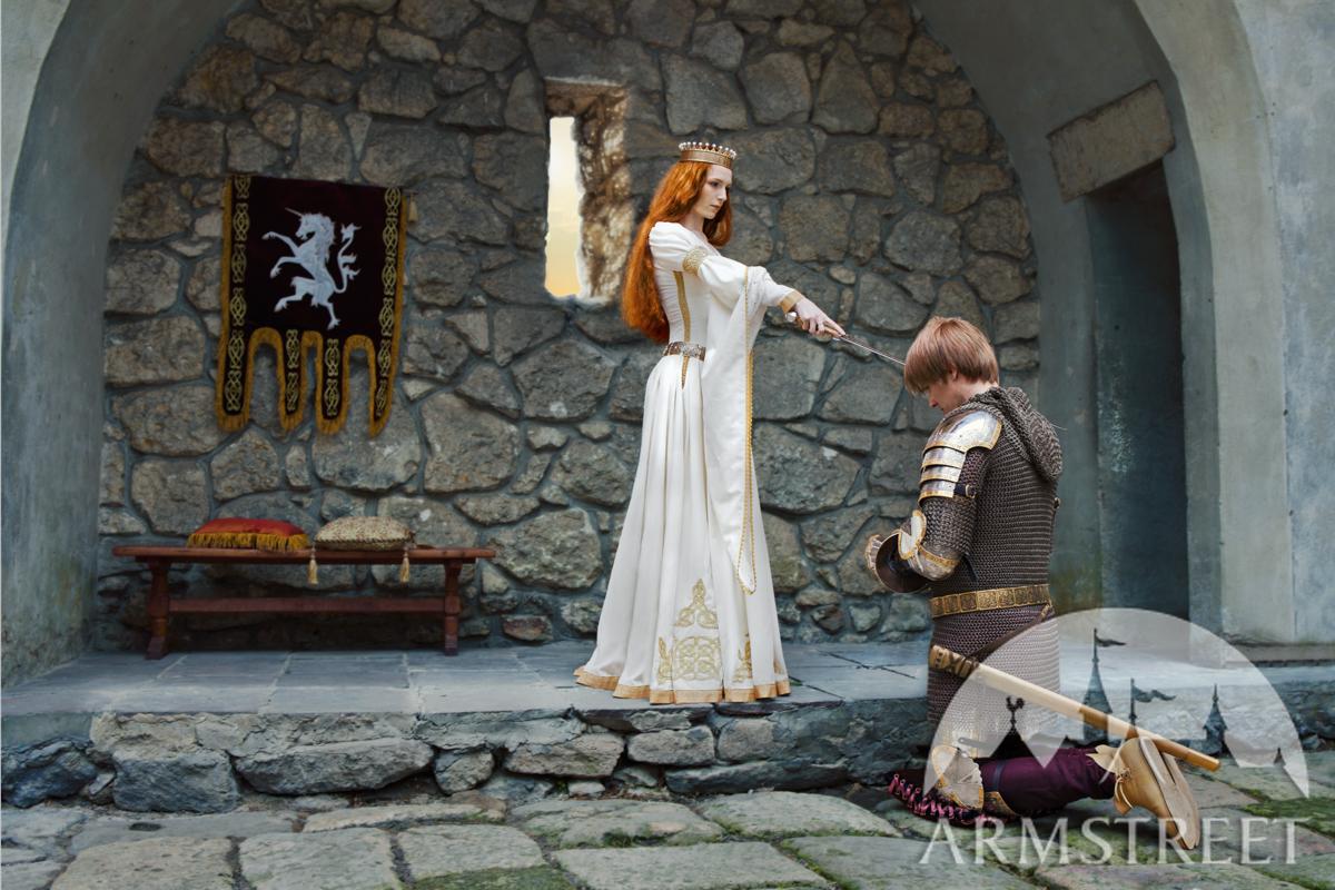 """Weißes Hochzeitskleid aus Samt """"Die Akkolade"""". Vorhanden in: goldene ..."""
